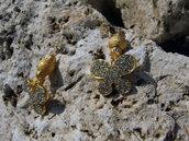 Orecchini dorati con farfalle di strass pendenti