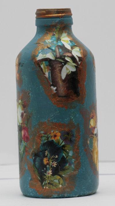 Bottiglia in vetro porta essenze con fiori