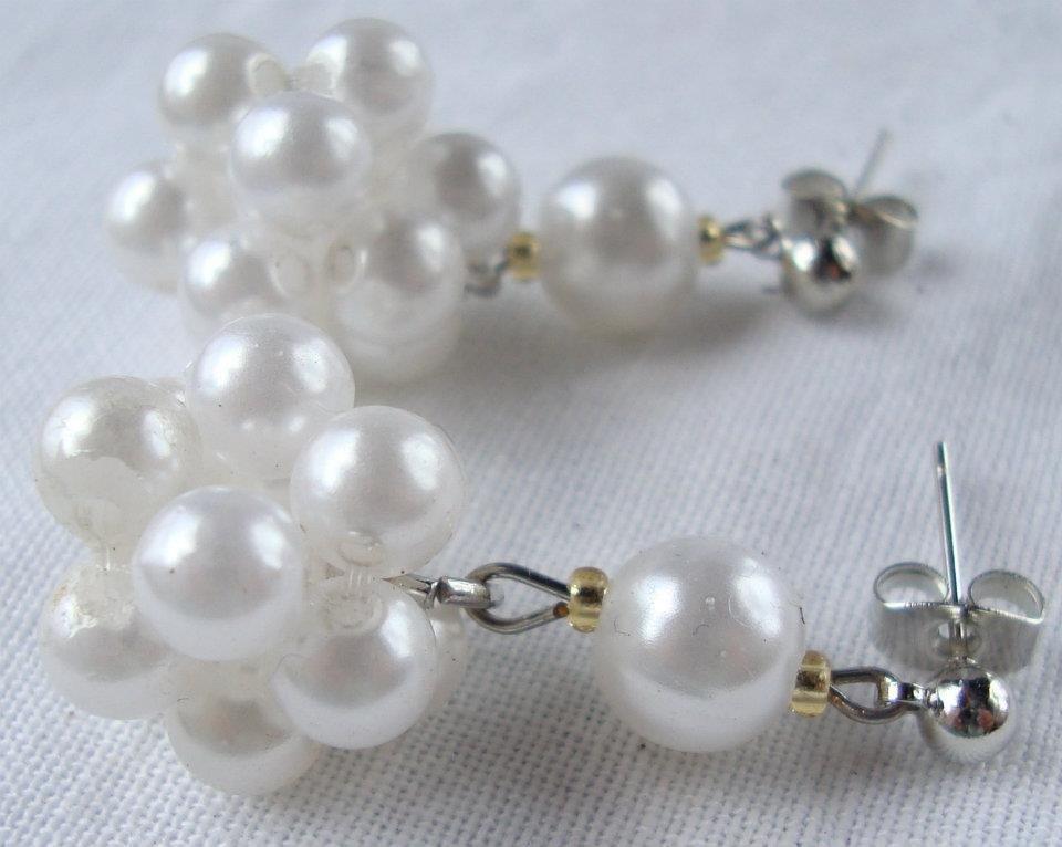 Orecchini sfera di perline bianche