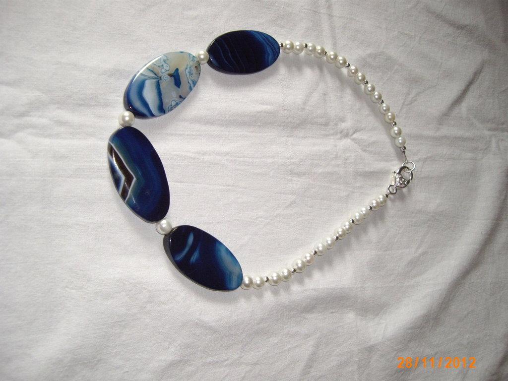 Collana in agata blu striata e perle.