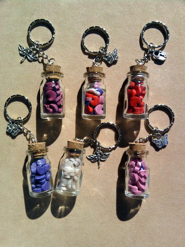 Portachiavi con bottigliette con roselline, coccinelle, stelline fluo e cuoricini fimo