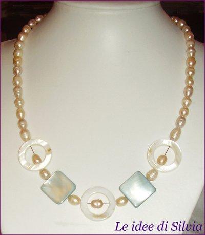 Collana in perle di fiume naturali e madreperla bianca e celeste