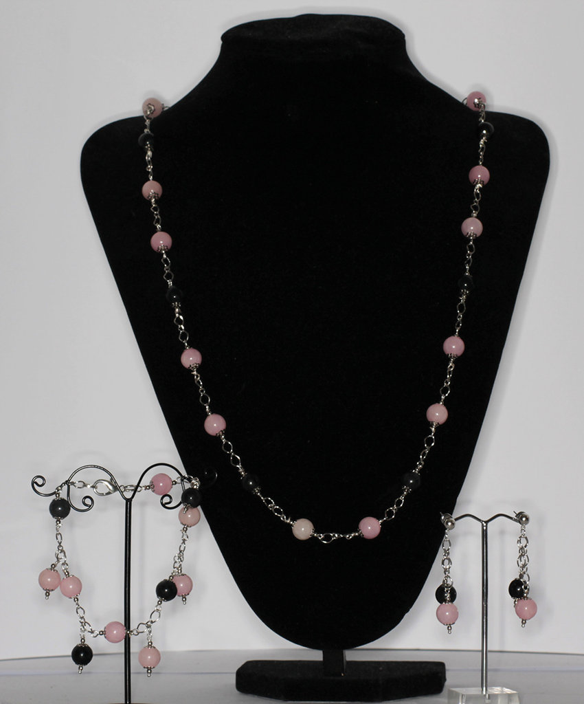 Parure composta da collana, bracciale con charms e orcchini in tormalina e quarzo rosa.