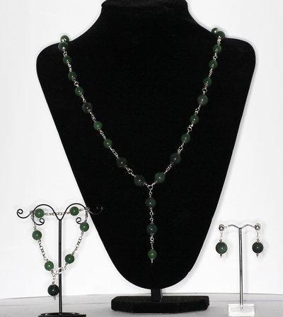 Parure composta da collana, bracciale ed orecchini in giada verde a grande avventurina