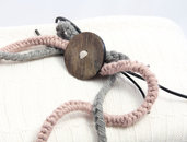 Collana a uncinetto con cuoio e bottone legno