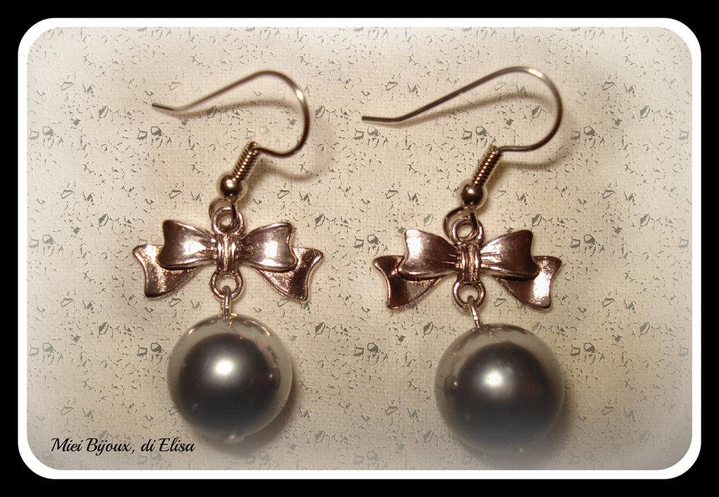 Orecchini con perla di madreperla grigio