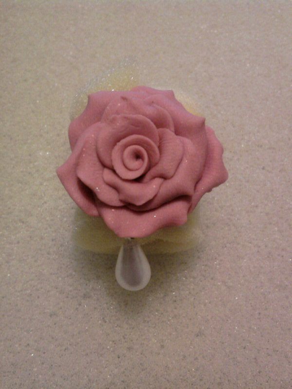 Anello con rosa e perla pendente fimo