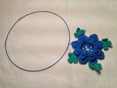 Girocollo rigido collana con pendente fiore grande fatto a mano all'uncinetto in cotone di vari colori moda (gioielli / bijoux)
