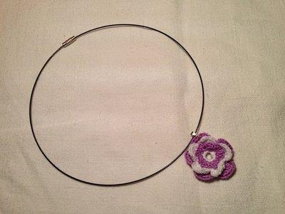 Girocollo rigido collana con pendente fiore piccolo fatto a mano all'uncinetto in cotone di vari colori moda (gioielli / bijoux)
