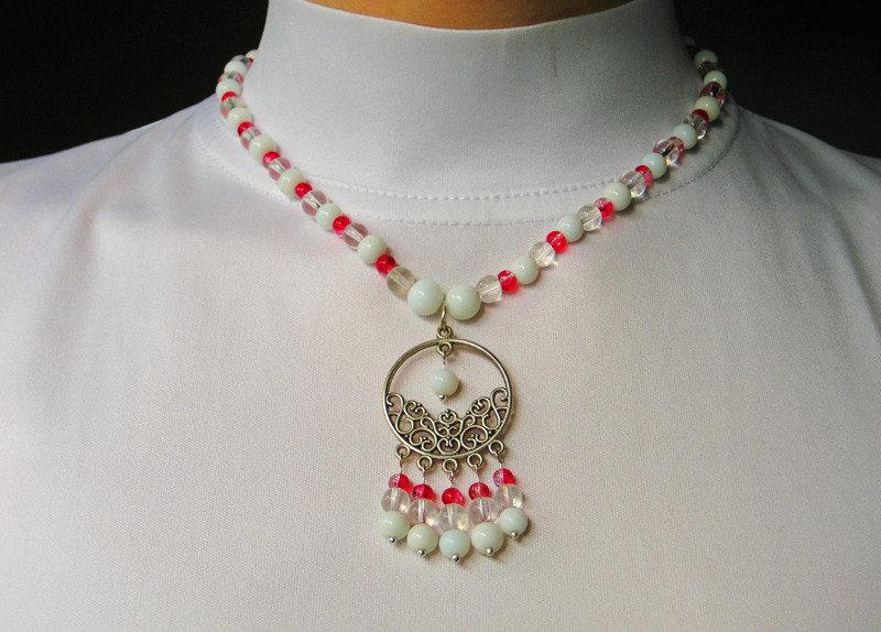 Collana fatta a mano con perline in vetro bianche e rosa