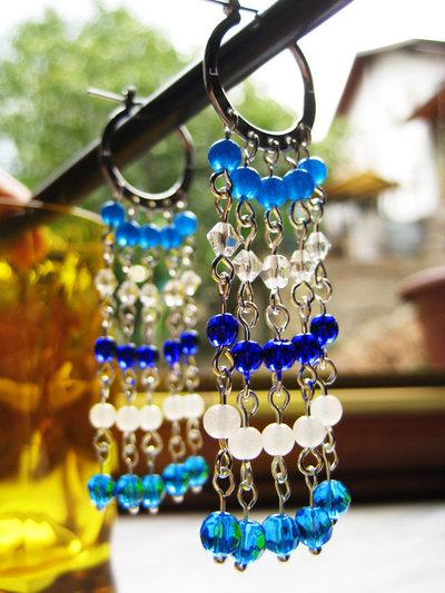 orecchini con perline in vetro bianche e blu