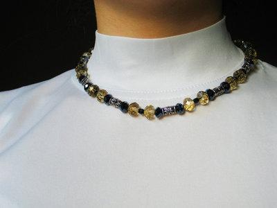 collana con cristalli in vetro e accessori metallici