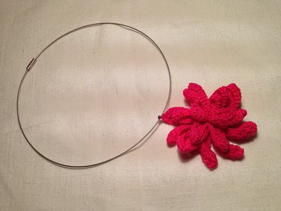 Girocollo rigido collana con pendente fiore arricciato grande fatto a mano all'uncinetto in cotone di vari colori moda (gioielli / bijoux)