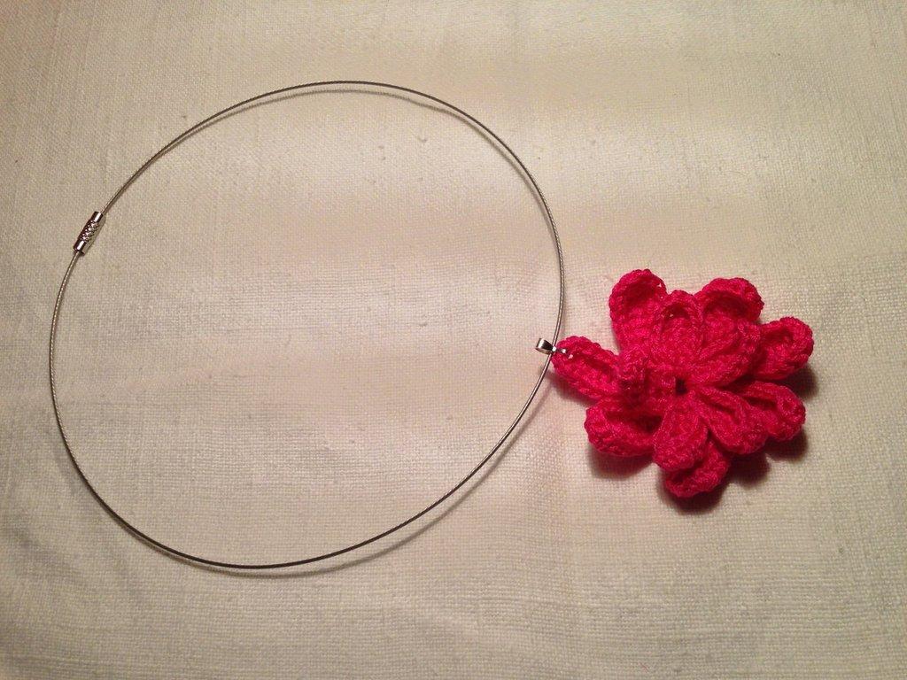 Girocollo rigido collana con pendente fiore arricciato medio fatto a mano all'uncinetto in cotone di vari colori moda (gioielli / bijoux)