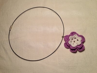 Girocollo rigido collana con pendente fiore fatto a mano all'uncinetto in cotone di vari colori moda (gioielli / bijoux)