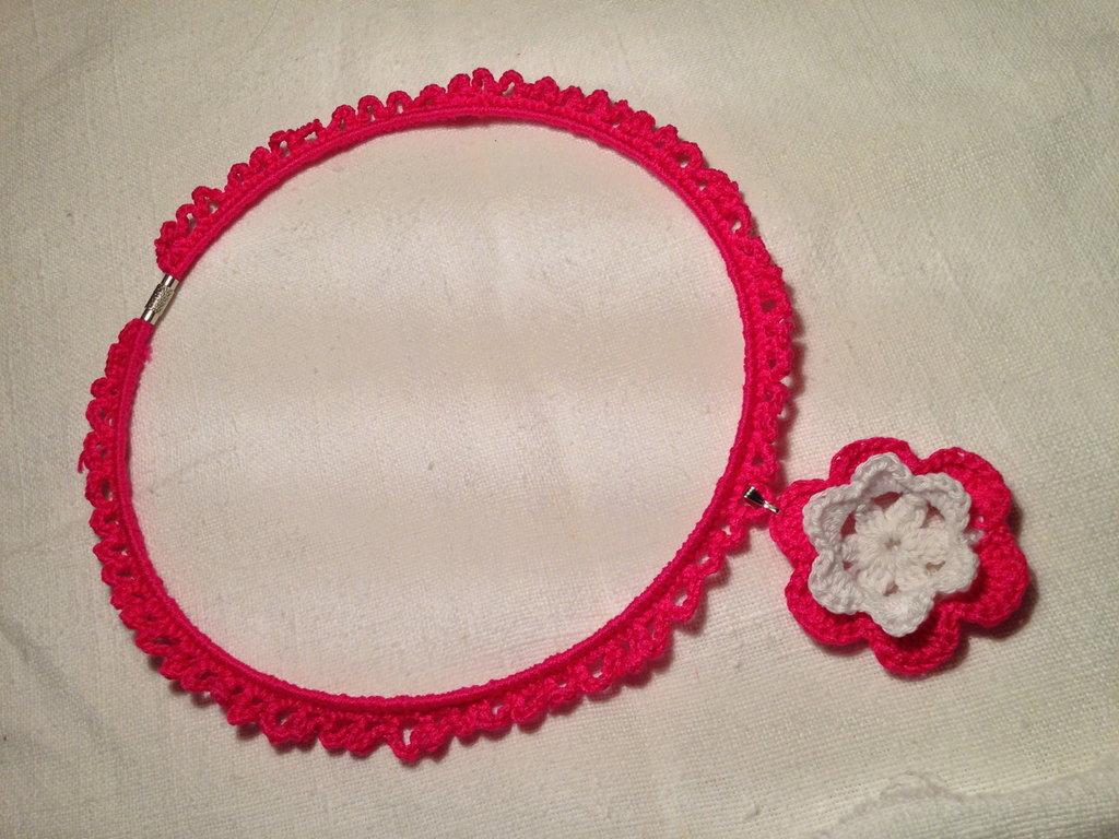 Girocollo rigido lavorato con pendente fiore fatto a mano all'uncinetto in cotone di vari colori moda (gioielli / bijoux)