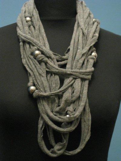 Collana in fettuccia grigia con perle color argento