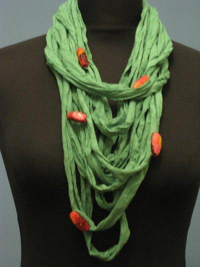 Collana fettuccia verde con pietre rosse