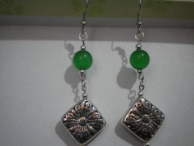 Orecchini perle occhi di gatto verde e pendente metallo