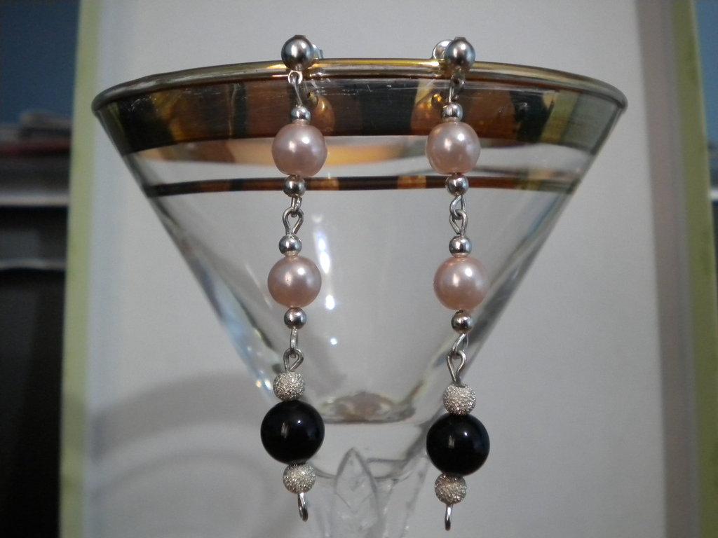 orecchini pendenti perle rosa e perle nere