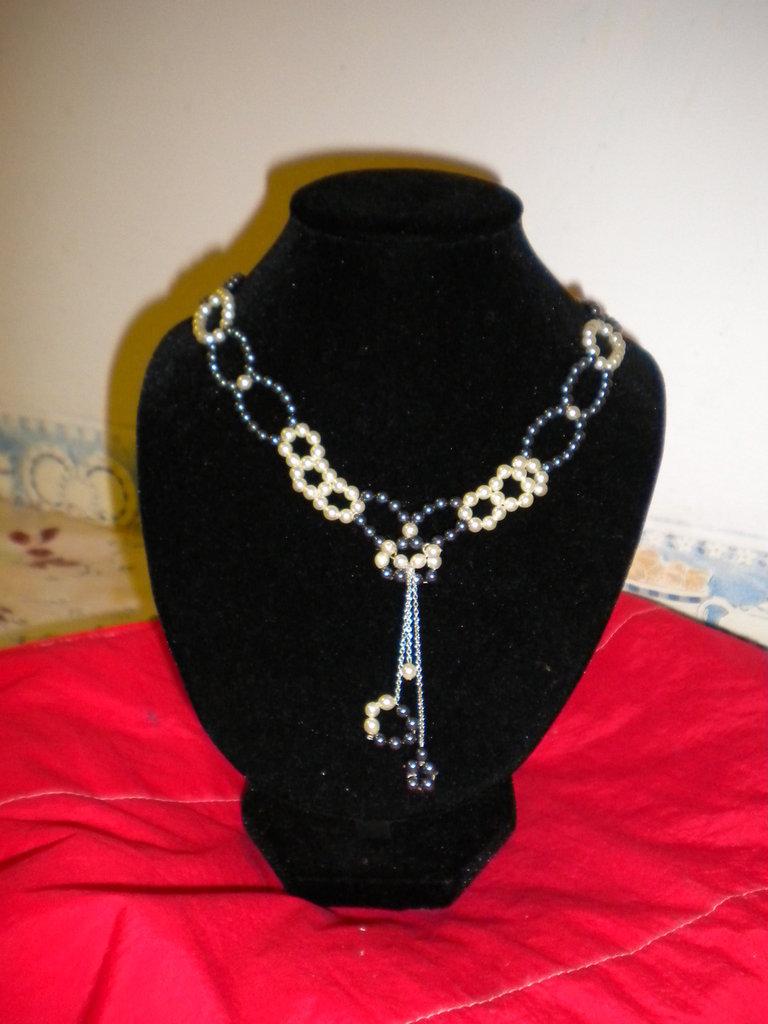 Collana girocollo con perle majorca nere e bianche fermaglio color oro