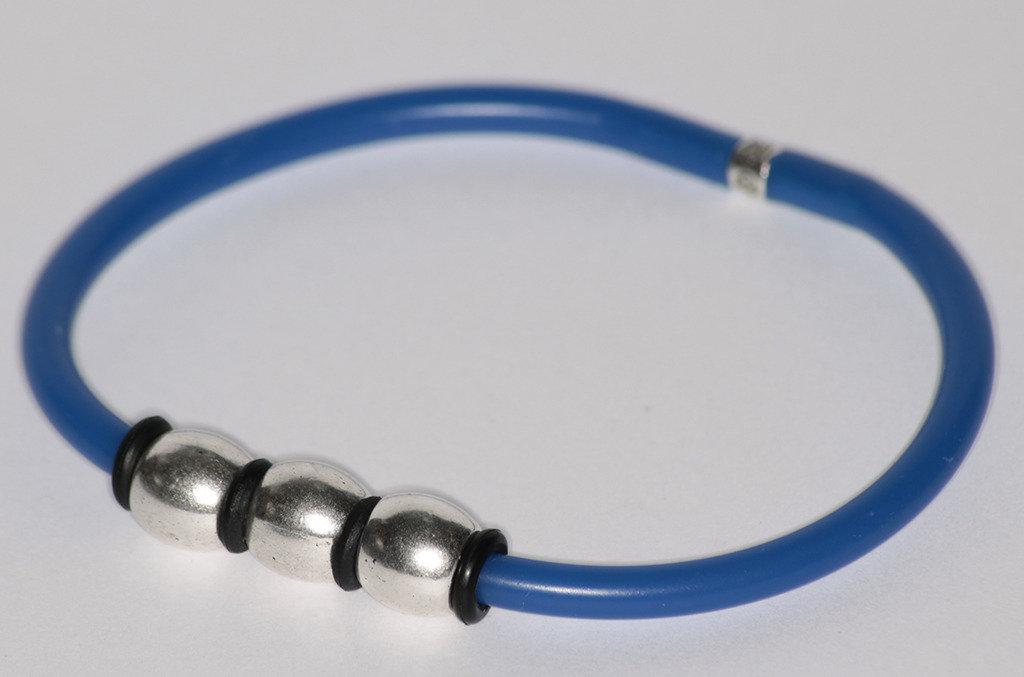 Bracciale in caucciu' azzurro e tre elementi in metallo