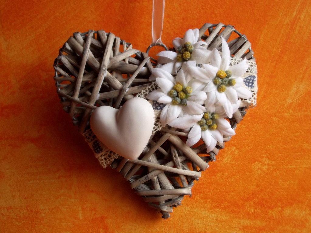 cuore in vimini decorato