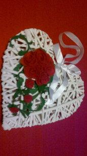 cuore in vimini e rose rosse