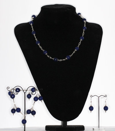 Parure composta da collana, bracciale con charms ed orecchini in grande agata blu cobalto