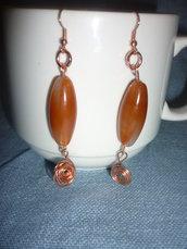 Orecchini con perle e spirale realizzato in tecnica wire color rame