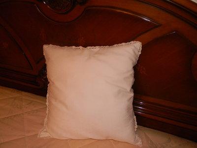 cuscino bianco con bordo in pizzo