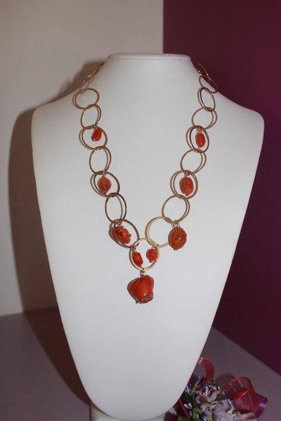 Collana argento dorato battuto e charms in corallo grezzo