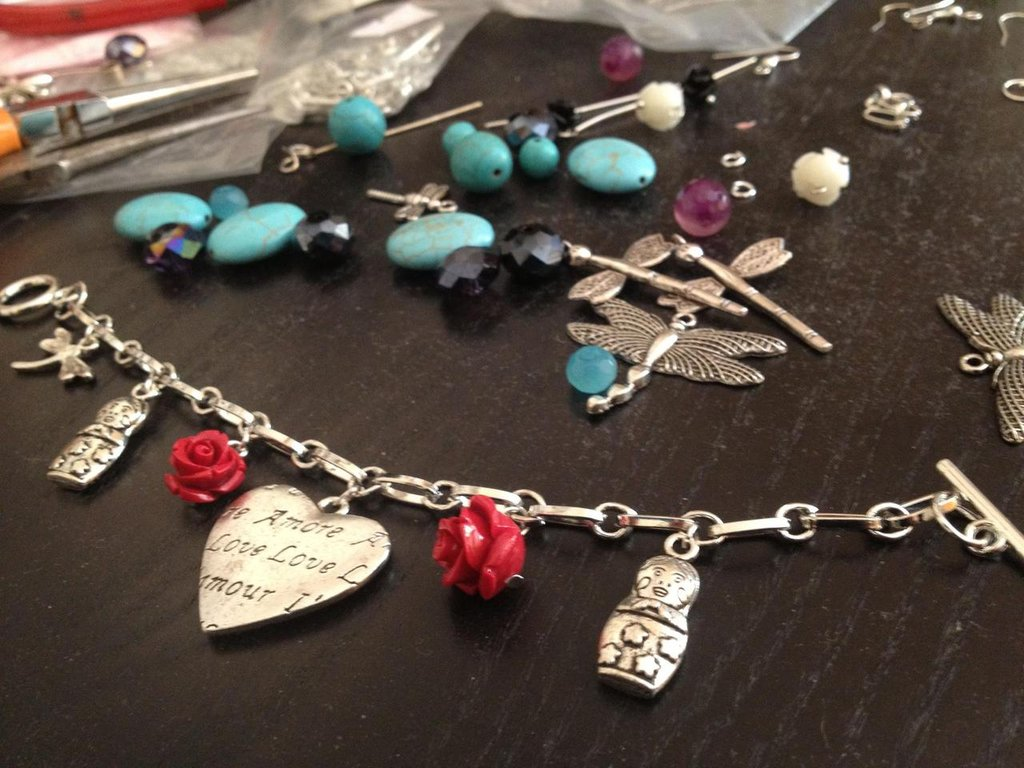 Bracciale rose e charms