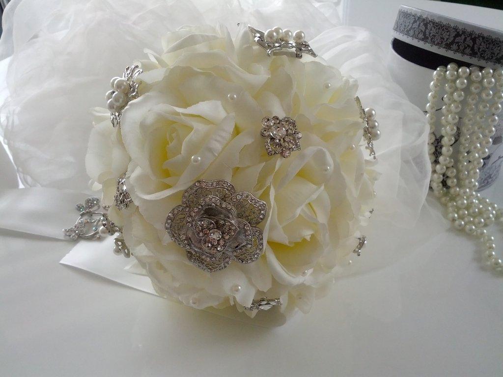 Bouquet gioiello di rose in seta con applicazioni di strass e perle