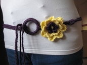 cinture di lana all'uncinetto che si possono usare anche come collane con motivi floreali di lana o con fiori finti
