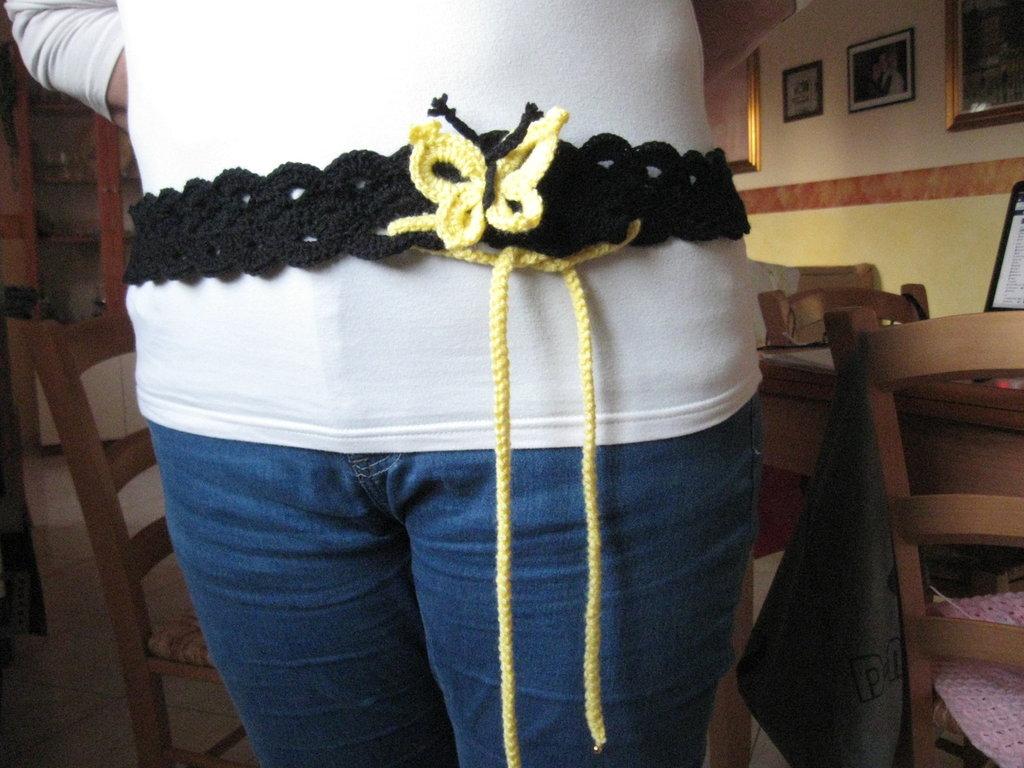cinture di lana all'uncinetto che si possono uasare come collane con motivo a farfalla sempre di lana