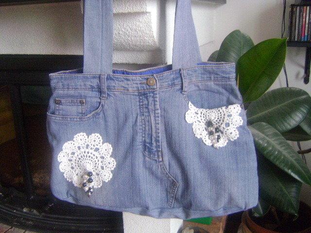 borsa in tessuto jeans con applicazioni ad uncinetto e perle