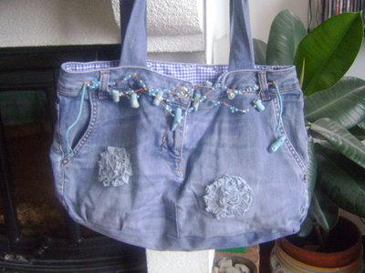 borsa in tessuto jeans con decori in corallo turchese e fiori in tessuto jeans