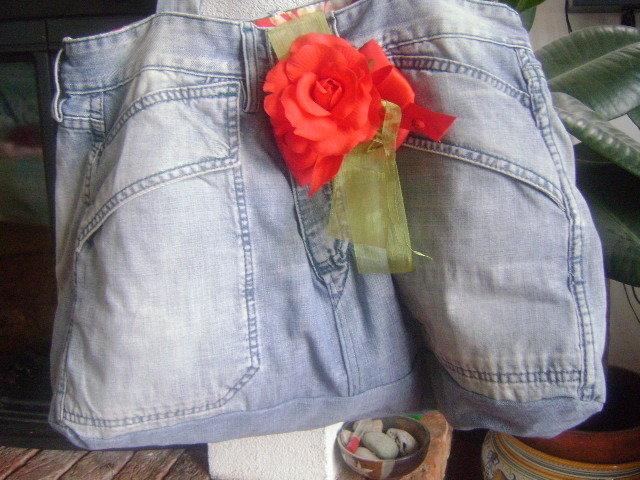 borsa ricavata da paio di jeans stile anni 70
