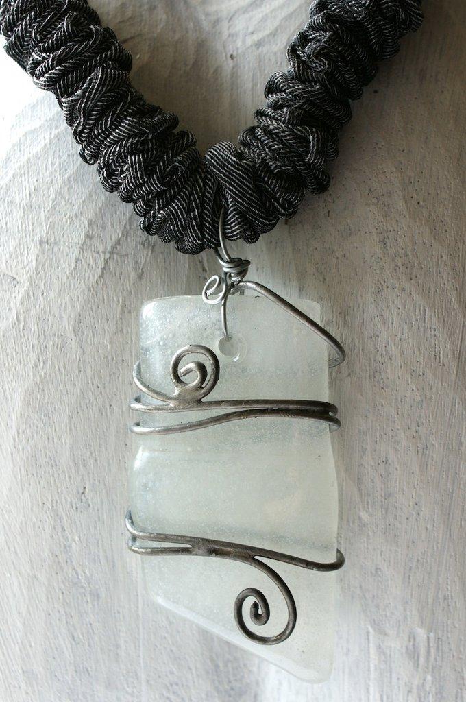 collana elastica con pendente in vetro