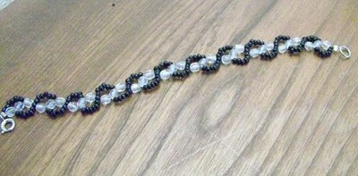 Bracciale fatto a mano, con piccole perline nere e cristalli trasparenti