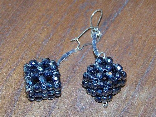 Orecchini a forma di dado, fatti a mano, con cristalli color antracite e mini baguette in tinta