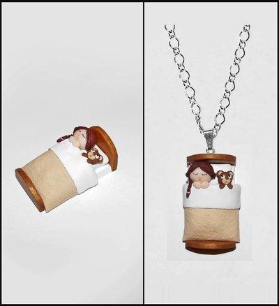 Collana bambolina nel lettino in fimo /cernit fatta a mano