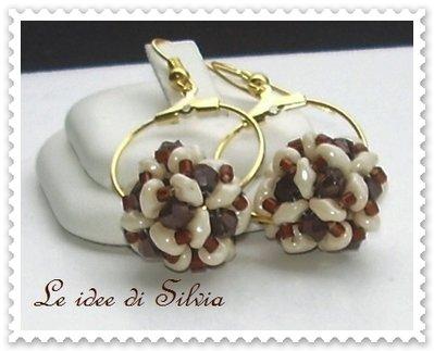 Cerchi dorati con sfera di perline