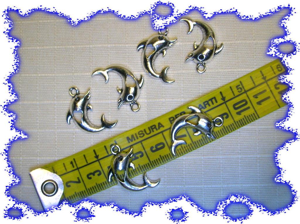 6 graziosi delfini centro cuore in argento tibetano