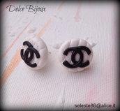 Orecchini bottone trapuntato con logo Chanel...realizzati a mano in fimo cernit...