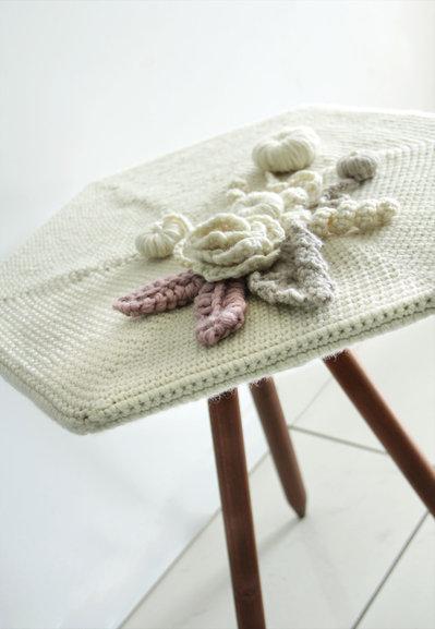 Tavolino in legno con piano lana all'uncinetto