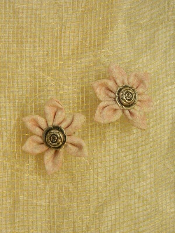 Orecchini con fiore di stoffa