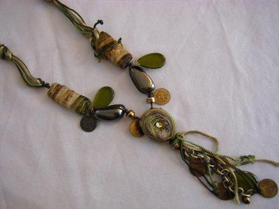 collana lunga con cordini , componenti in vetro e plastica , centrale e pendente con charms