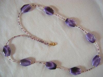collana lunga con conteria e componenti in resina